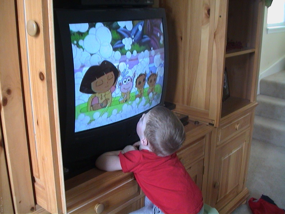 how to avoid glare when watching tv outside
